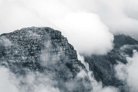 Scenic view of the clouds rolling over Table Mountain in Cape Town, Southafica. This fenomenon is called Tablecloth. 版權商用圖片 - 140261435