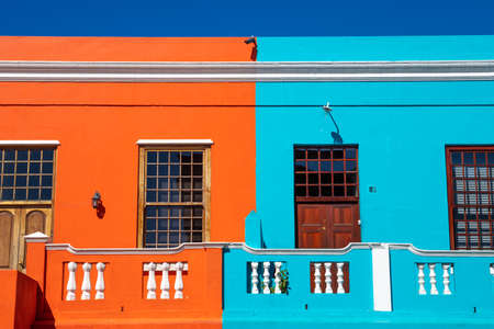 PIcture of the colored houses in Bo Kapp, a district of Cape Town, South africa known for it's houses painted in vibrant colors Stok Fotoğraf