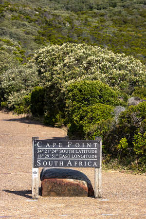 PIcture of a sign indicating Cape Point with longitude e latitude near Cape Town, South africa 新聞圖片