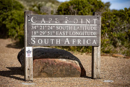 PIcture of a sign indicating Cape Point with longitude e latitude near Cape Town, South africa 版權商用圖片 - 140248602