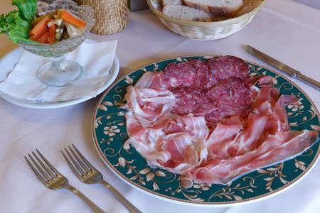 carnes: Plato con embutidos y salami