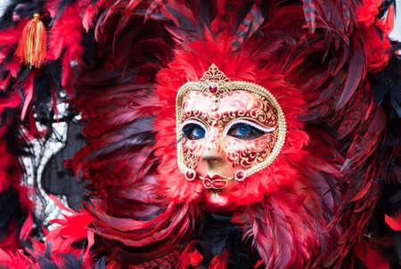 Venezia, Italia - 13 febbraio 2010: una donna con maschere tipiche di carnevale in Piazza San Marco