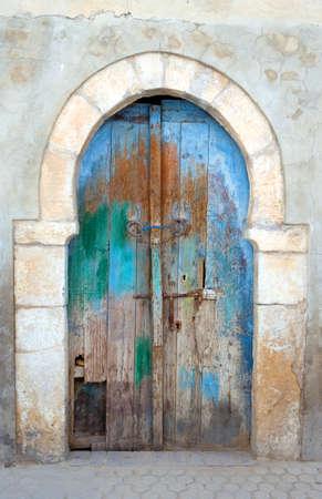 Tunisie, Kairouan, une porte d'une maison ancienne de la Médina