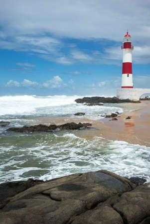 mare agitato: Brasile, Salvador, il Farol de Itapua (faro) sul mare agitato Archivio Fotografico