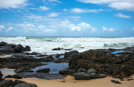 mare agitato: Brasile, Salvador, vista sul mare agitato vicino al faro Farol de Itapua Archivio Fotografico