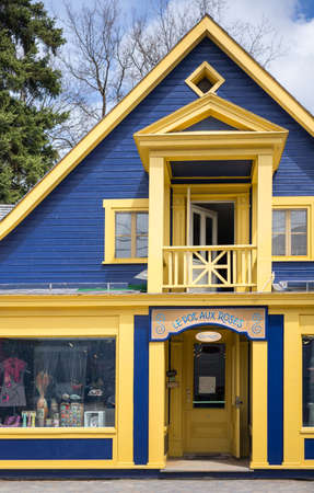 paul: Baie Saint Paul,  Canada - May 6, 2014: Quebec, colored houses and stores in St Jean Baptiste street