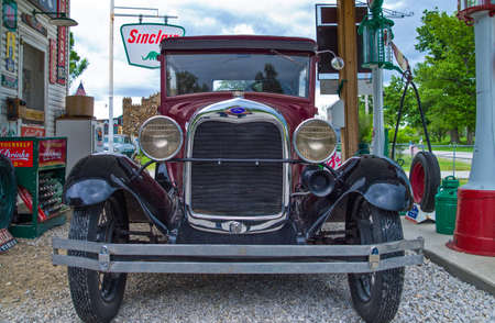 service station: U.S.A. Missouri, Route 66, Halton, an old car in the Sinclair service station