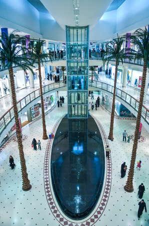 centro comercial: Riyad, Arabia Saudita - 14 noviembre de 2007: La población local en la torre comercial Al Faisaliah. Editorial