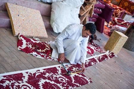 Riyadh, Arabia Saudita - 29 de noviembre de 2008: un joven artesano local en el zoco de Al Thumairi en el distrito de Al Bathaa
