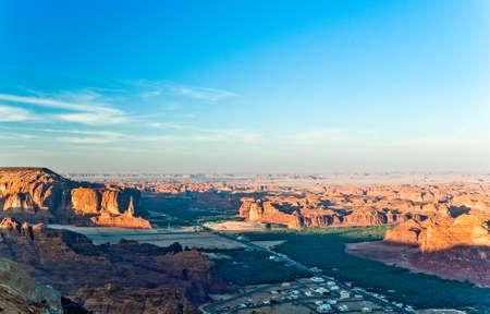 Arabia Saudita, la puesta del sol en el valle de Madain Saleh Foto de archivo