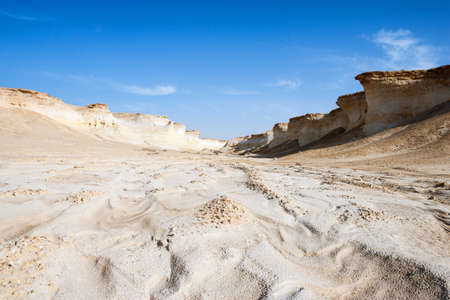 ras: Qatar, Ras Abrouq, the large desertic area with the picturesqe limestone