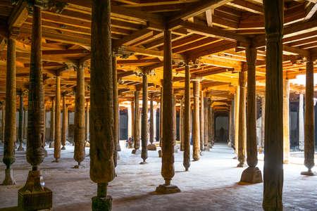 Chiwa, Usbekistan - Aprilr 14, 2014: Die Holzsäulen der alten Moschee Juma innen