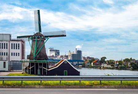 Zaandam, Niederlande - 25. Juli 2014: Waterland Bezirk, eine Mühle vor dem Industriegebiet