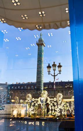 Parijs, Frankrijk - 29 september 2011: reflectie van de kolom op een etalage in Place Vendome.
