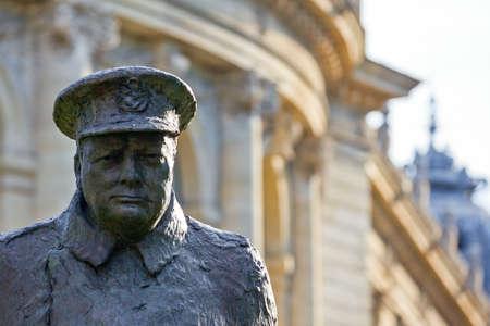 París, Av. Winston Churchill, el detalle del monumento de Churchill. Foto de archivo - 57395488