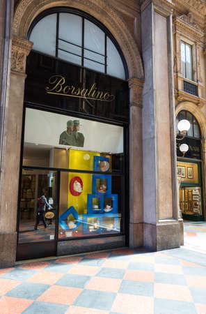 Milaan, Italië - 12 april 2012: een traditionele winkel in de Vittorio Emanuele galerij