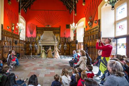 medieval dress: Edimburgo, Escocia - 28 de julio 2012: Rendimiento en alineada medieval en el gran sal�n del palacio real en el castillo de Edimburgo.
