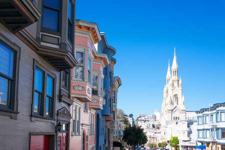 San Francisco, USA - 23 settembre 2015: Le case colorate tradizionali di Filbert Street con la chiesa di San Pietro e Paolo sullo sfondo.