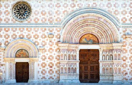 Italië, L'Aquila, de Santamaria di Collemaggio basiliek (XIII eeuw), detail van het hoofdportaal