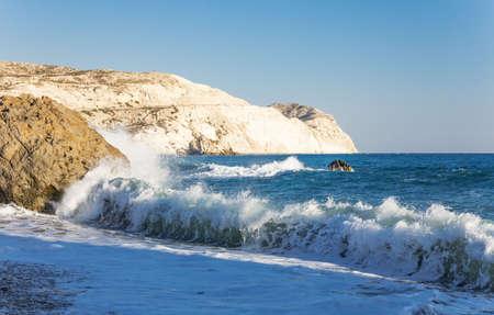 the aphrodite: Grecia, Chipre, la costa Petra Tou Romiou (Afrodita 'Rock) que, según la leyenda, es el lugar de nacimiento de Afrodita Foto de archivo