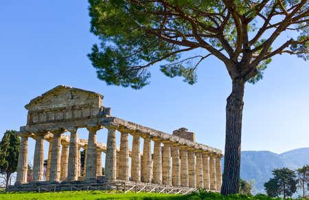 イタリア、チレント、パエストゥム、アテナの神殿 (デジタルオルソ考古学遺跡の寺院として知られている) の考古学的なサイト 写真素材