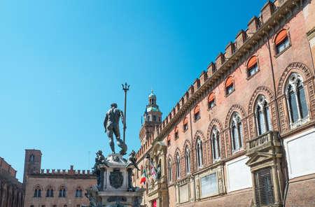 Italië, Bologna, het D'Accursio-paleis (stad hal l) op het Maggiore-plein met het standbeeld van Neptunus op de voorgrond