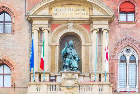 Italië, Bologna, het standbeeld van Paus Gregorio XIII boven de hoofdingang van het D'Accursio-paleis (stad hal l) in Maggiore