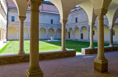 이탈리아, 라벤나, 프란체스코 수도원의 골동품 회랑, 단테 알리기 에리 무덤 근처.