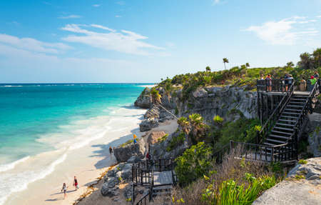 Tulum, Mexico - April 20, 2016:  Sea view from the Mayan city archaeological site with many tourists 新聞圖片