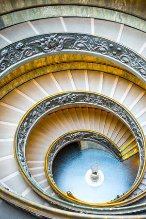 ローマ, イタリア - 2014 年 3 月 11 日: バチカン美術館、ジュゼッペ ・ モモによって設計された螺旋階段
