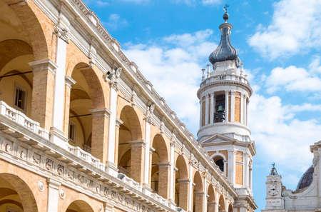 ロレート, イタリア - は、19,2015 を 3 月: 聖域の聖なる家、大聖堂の鐘楼と使徒宮殿の眺め