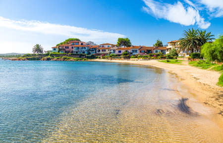 Italië, Sardinië, het dorp Porto San Paolo gezien vanaf de baai