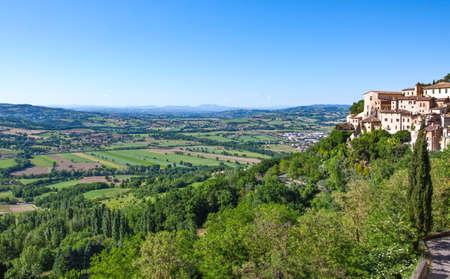 L'Italia, l'Umbria, Todi, vista sulla valle dal centro storico Archivio Fotografico