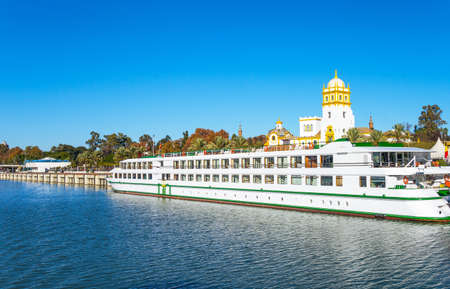 Spain, Andalusia, Seville, a tourist boat on the river Guadalquivir Redactioneel
