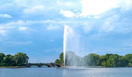 Germany, Hamburg, the Binnen-Alster lake with the Lombard Bridge in the background 스톡 콘텐츠