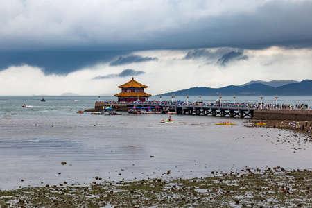 청도, 산동, 중국에서에서 폭풍이 하늘 동안 Zhanqiao 부두. 잔 파이 (Zhanqiao)는 청도 맥주 병에 전시 된 유명한 파빌리온입니다.