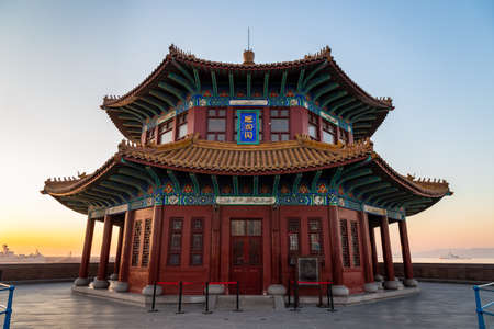 Zhanqiao pier at sunrise, Qingdao, Shandong, China. The name Huilan Pavilion is engraved above the entrance door. 新聞圖片