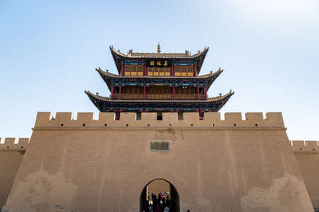 """Das Tor mit Blick auf die Wüste Gobi von Jiayuguan Fort, Gansu, China. Bekannt als """"erster Pass unter dem Himmel"""", war der Jiayu Pass die westlichste Festung des alten Chinas an der Seidenstraße"""