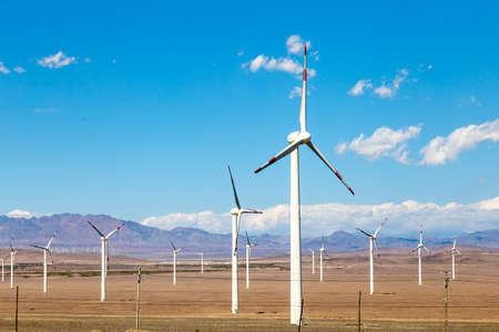 Août 2017 – Xinjiang, Chine – Les déserts du Xinjiang, la province la plus occidentale de la Chine, regorgent de centrales éoliennes. Ici un parc éolien le long de l'autoroute de Turpan à Urumqi