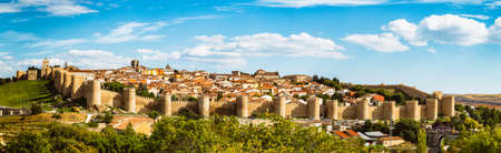 Panoramic view of the historic city of Avila from the Mirador of Cuatro Postes, Spain, with its famous medieval town walls. 版權商用圖片
