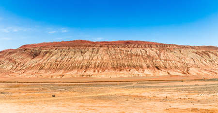 Montagnes flamboyantes, Turpan, Xinjiang, Chine : ces montagnes arides d'un rouge intense apparaissent dans l'épopée chinoise ? Voyage à l'ouest ?. Turpan est une ancienne oasis sur la route de la soie