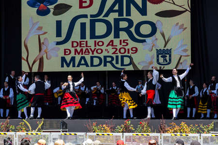 15th May 2019? Madrid, Spain: Chotis dance show on the big stage in the Plaza Mayor during the San Isidro Festival of Madrid Imagens - 127627282