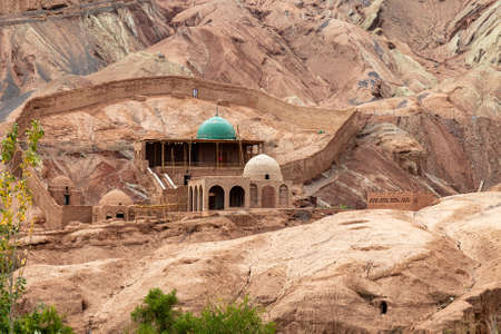 Tuyoq village (Tuyuk): a Tomb in this traditional uighur village set in a lush valley cutting through the flaming mountains near Turpan, Xinjiang, China. Imagens