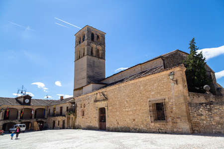 May 2019, Pedraza, Castilla Y Leon, Spain: tourists near Iglesia San Juan Bautista in the Plaza Mayor. Pedraza is one of the best preserved medieval villages of Spain, not far from Segovia Imagens - 127627378