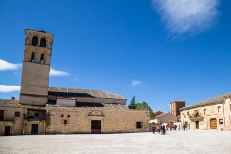 May 2019, Pedraza, Castilla Y Leon, Spain: tourists near Iglesia San Juan Bautista in the Plaza Mayor. Pedraza is one of the best preserved medieval villages of Spain, not far from Segovia Imagens - 127627380