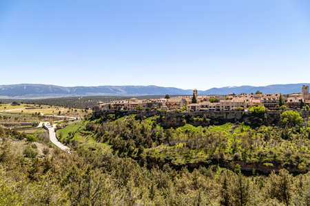 Pedraza, Castilla Y Leon, Spain: view of Pedraza village from Mirador the Tungueras, with the Sierra de Guadarrama behind. Pedraza is one of the best preserved medieval villages of Spain Imagens - 123842991