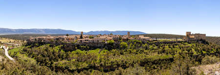 Pedraza, Castilla Y Leon, Spain: panorama of Pedraza village from Mirador the Tungueras, with the Sierra de Guadarrama behind. Pedraza is one of the best preserved medieval villages of Spain Imagens - 123842999