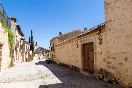 Pedraza, Castilla Y Leon, Spain: Calle de las cuestas. Pedraza is one of the best preserved medieval villages of Spain, not far from Segovia Imagens - 123843200