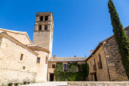 may 2019, Pedraza, Castilla Y Leon, Spain: Iglesia de San Juan Bautista. Pedraza is one of the best preserved medieval villages of Spain, not far from Segovia Imagens - 127627418