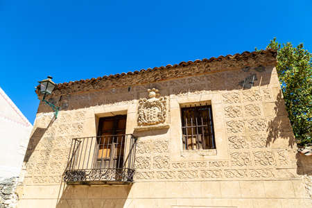 may 2017, Pedraza, Castilla Y Leon, Spain: heraldic crest on Calle Calzada. Pedraza is one of the best preserved medieval villages of Spain, not far from Segovia Imagens - 127627422
